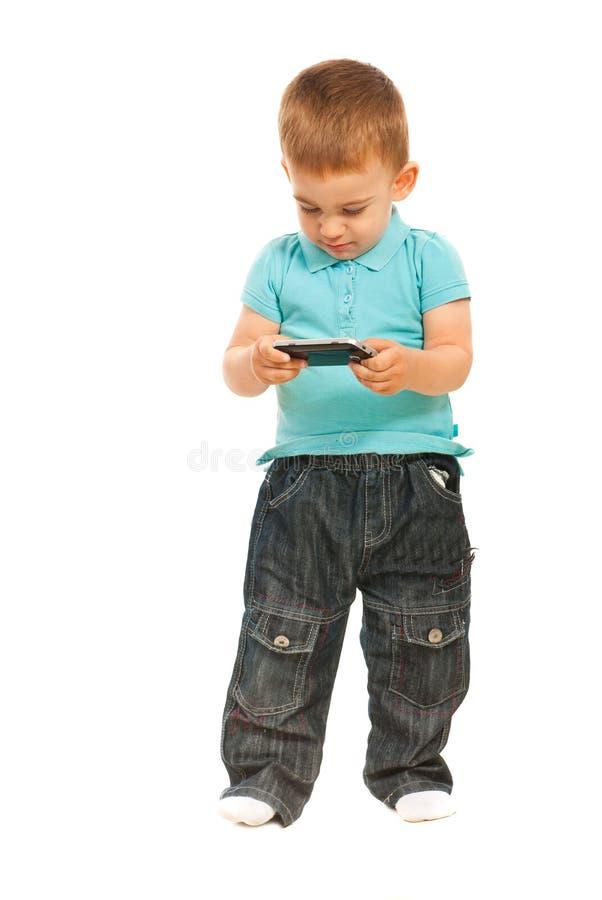 Мальчик малыша с чернью телефона стоковые фото