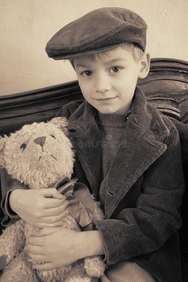 мальчик медведя его стоковая фотография
