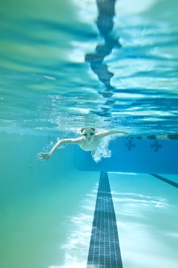 мальчик меньшее заплывание подводное стоковое изображение rf
