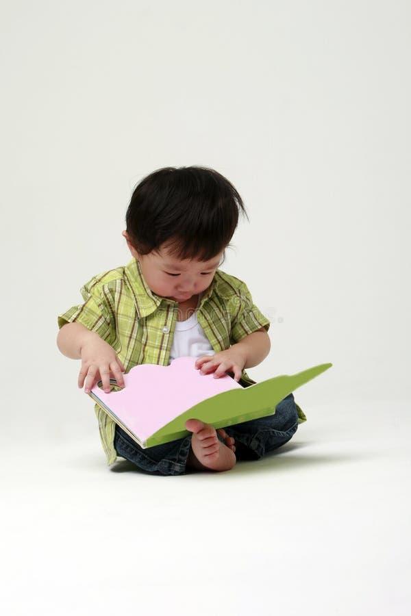 мальчик меньшее чтение стоковые фотографии rf