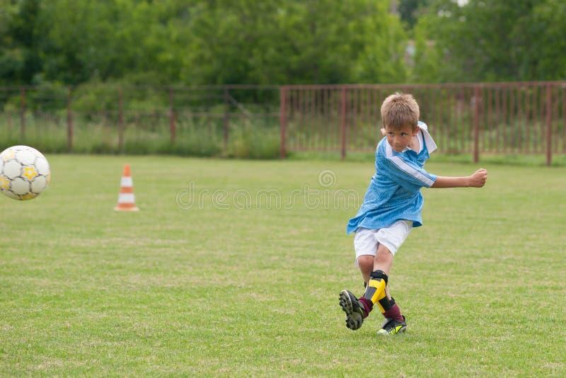 мальчик меньший играя футбол стоковые фотографии rf