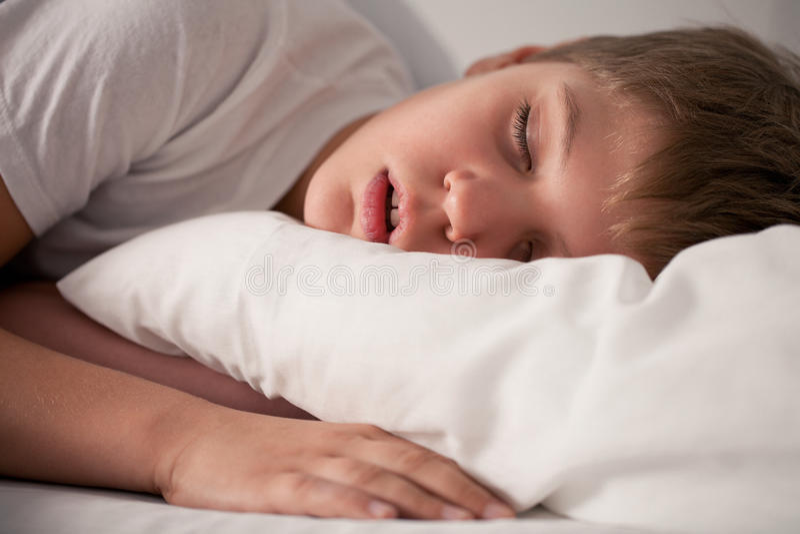 мальчик меньший спать рта открытый стоковые изображения