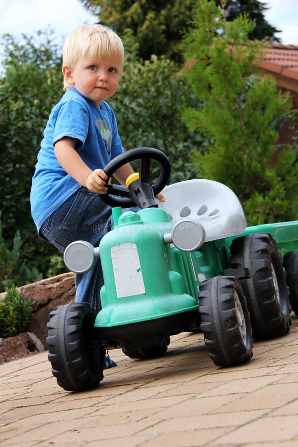 мальчик меньший трактор стоковая фотография