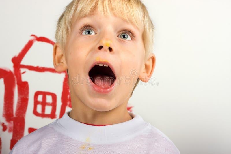 мальчик меньший усмехаться портрета стоковые изображения