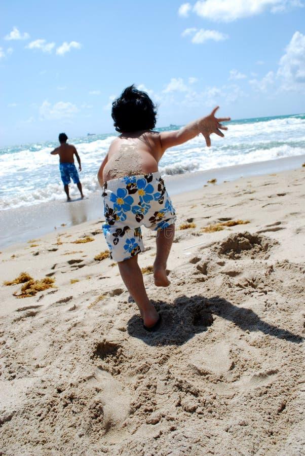 мальчик меньший ход океана стоковые изображения