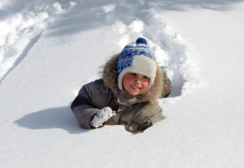 мальчик меньшяя зима стоковое изображение rf
