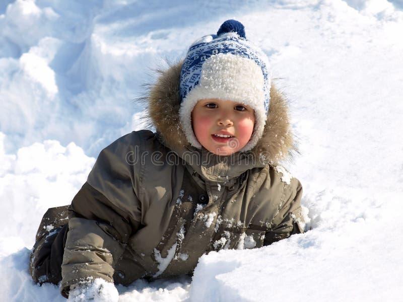 мальчик меньшяя зима стоковые изображения