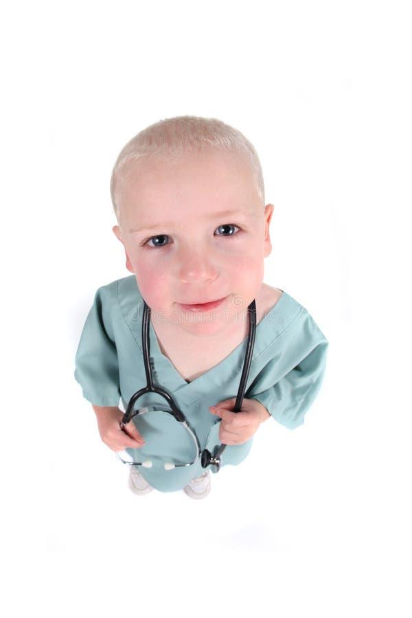 мальчик милый немногая scrubs носить стоковое фото