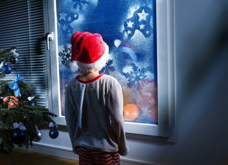 Мальчик надеясь настоящие моменты ждать рождество стоковые фотографии rf