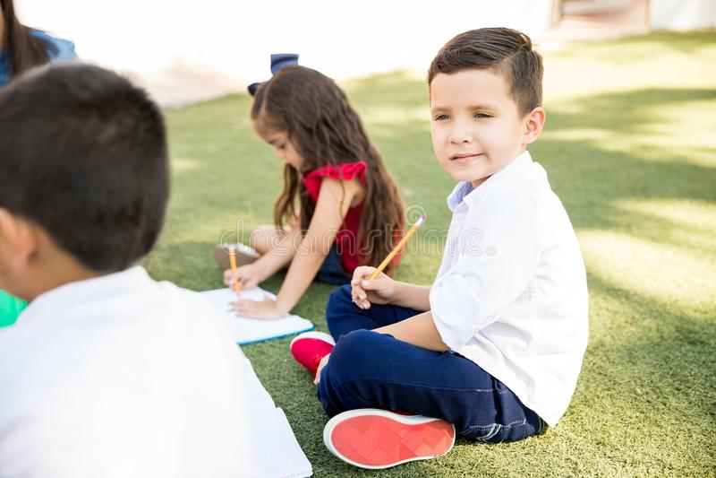 Мальчик наслаждаясь классом outdoors стоковая фотография rf