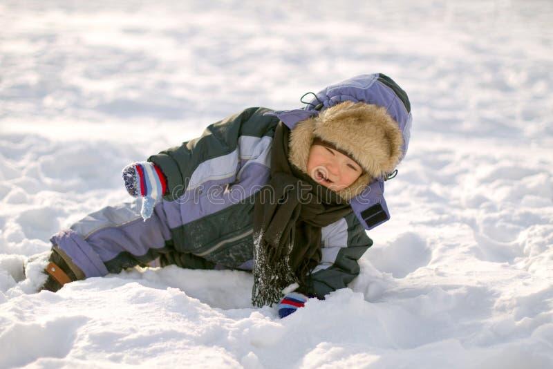 Мальчик наслаждаясь первым снегом стоковое изображение rf