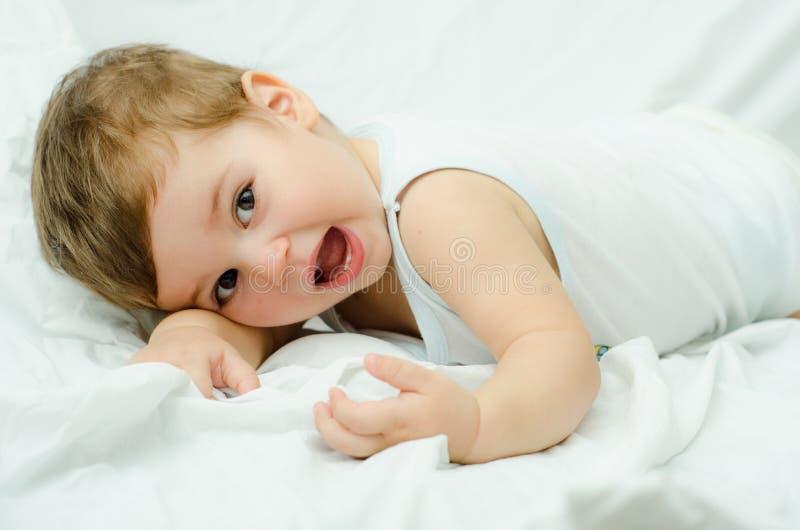 Мальчик на белом листе Стоковая Фотография