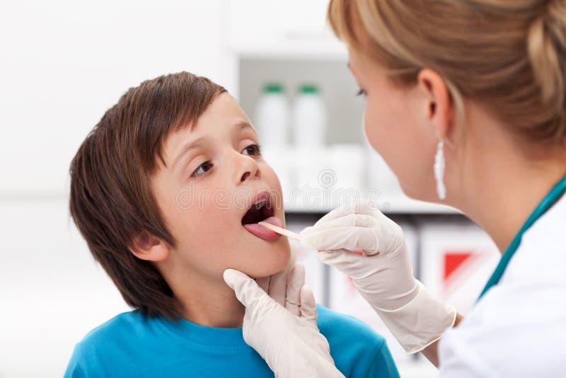 Мальчик на докторе стоковое изображение rf