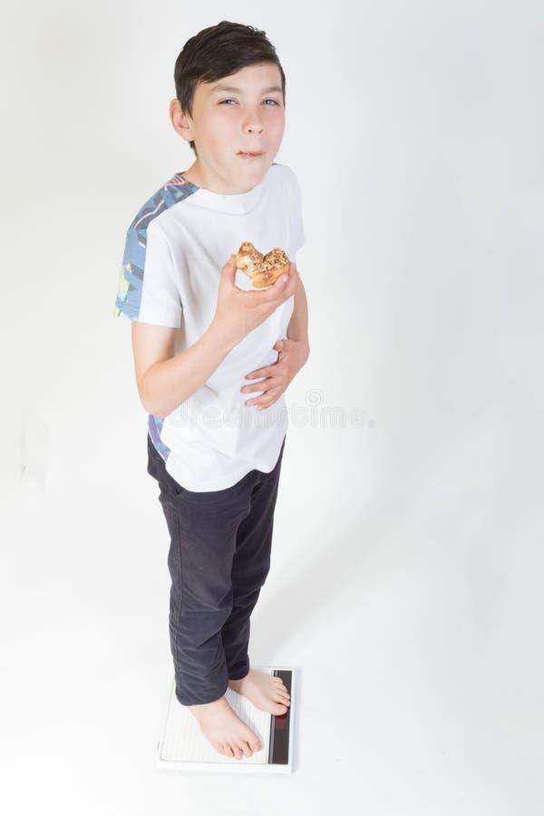 Мальчик на еде масштаба ванной комнаты стоковые изображения rf