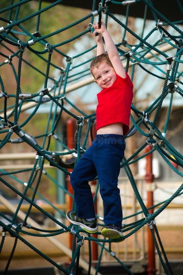 Мальчик на спортивной площадке стоковые изображения