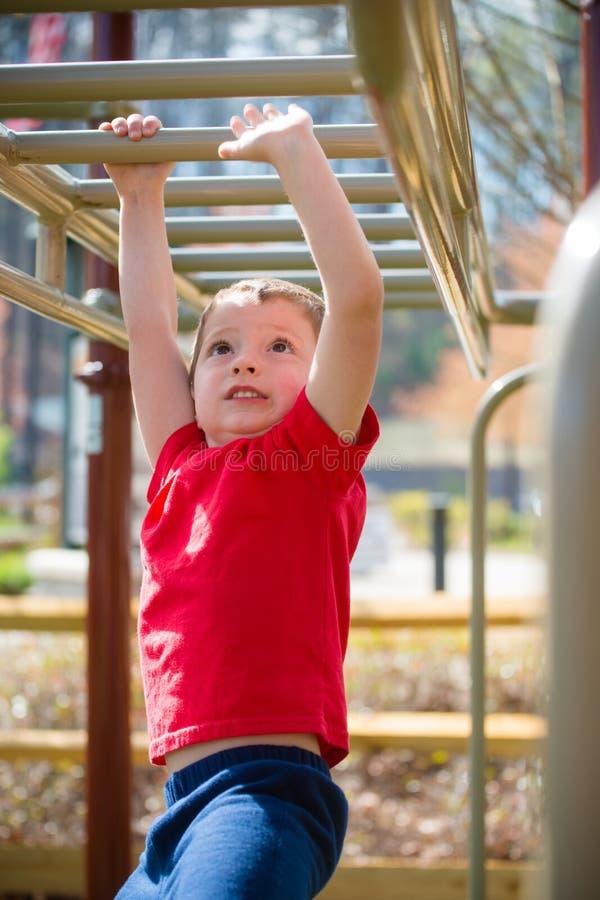 Мальчик на спортивной площадке стоковые фото