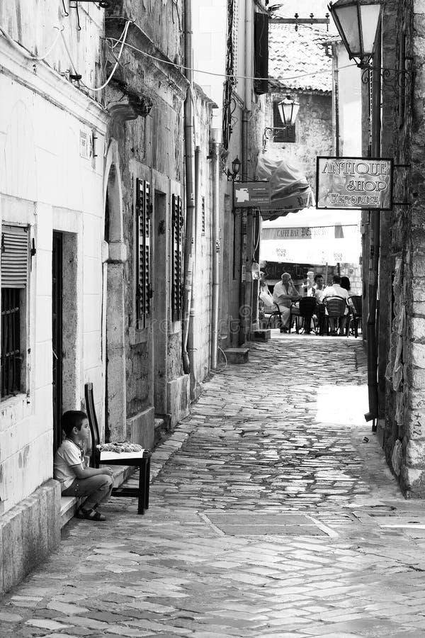 Мальчик на старой улице городка стоковые изображения rf