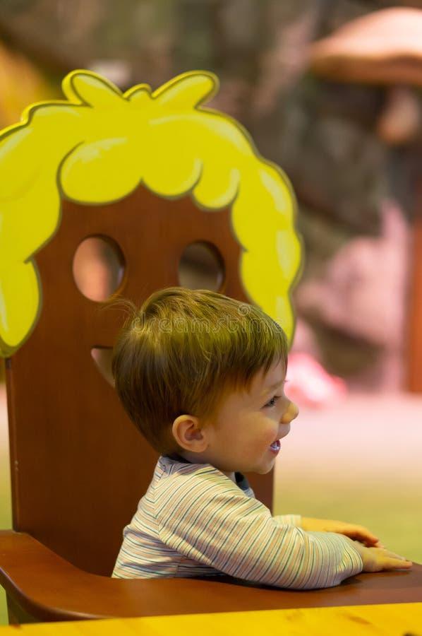 Мальчик на стуле стоковые фотографии rf