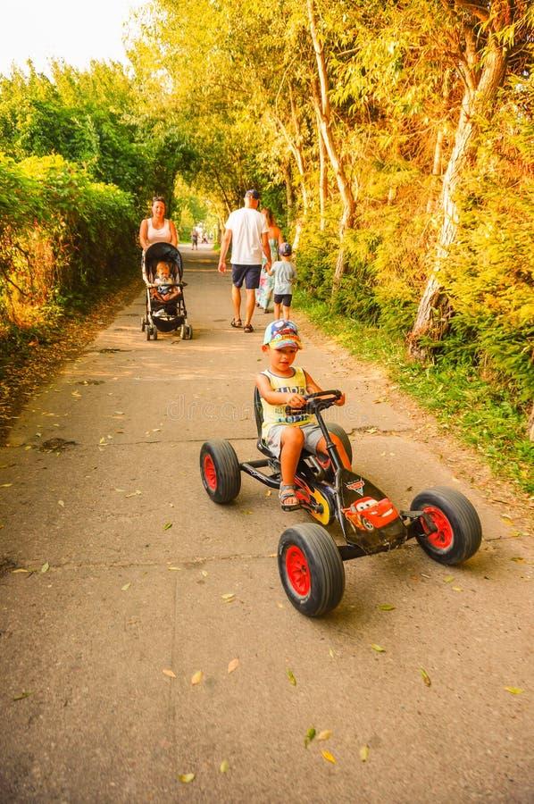 Мальчик на тележке педали стоковая фотография rf