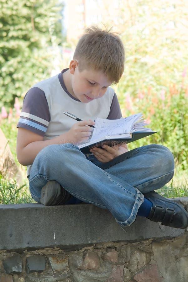 мальчик немногая пишет стоковые изображения