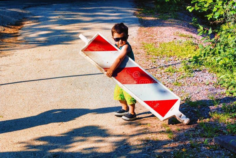 Мальчик носит барьер строительной площадки стоковое фото rf