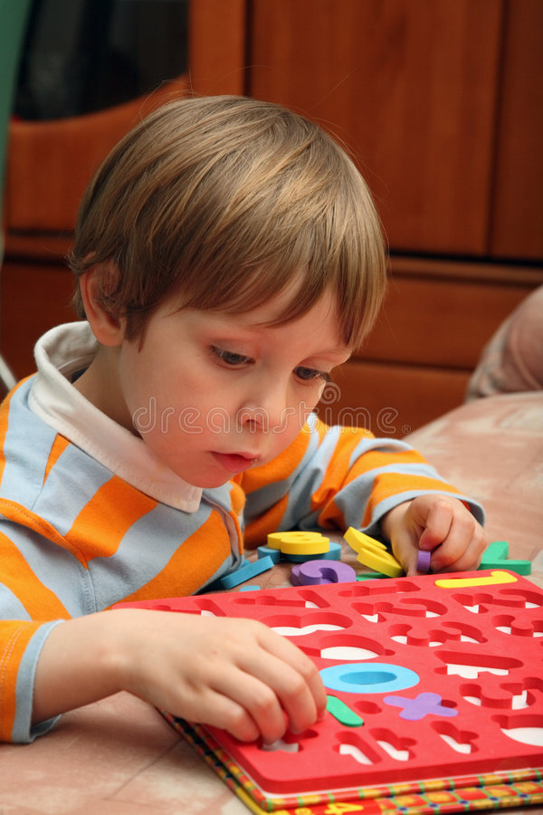 мальчик нумерует пластичных детенышей стоковая фотография rf