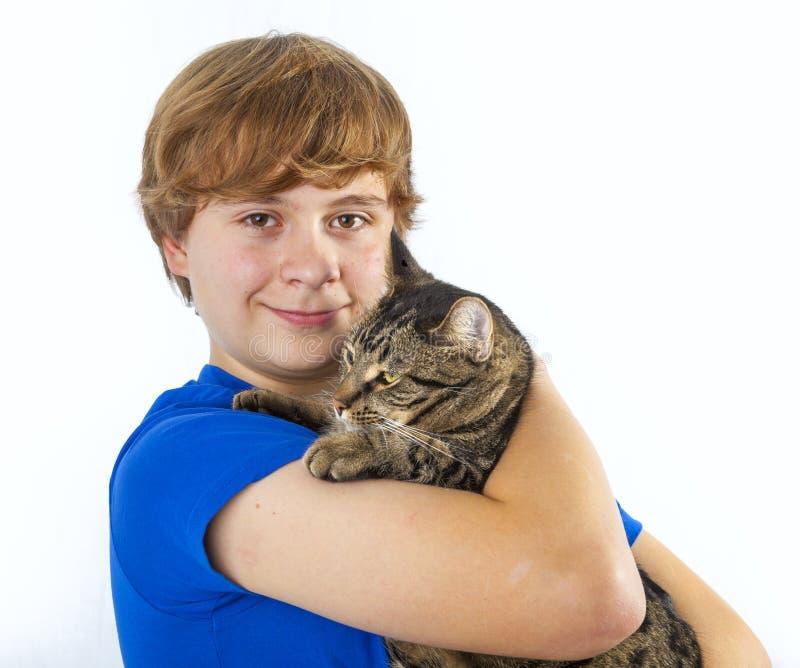 Мальчик обнимая с его котом стоковая фотография rf