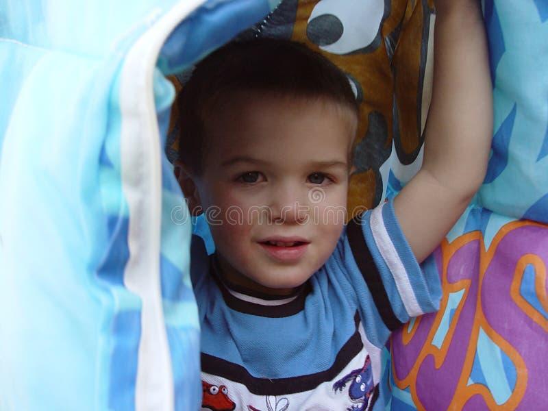 мальчик одеяла вниз Стоковое фото RF