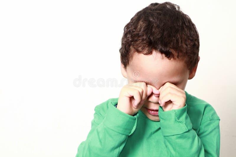 мальчик плача немного стоковое изображение rf