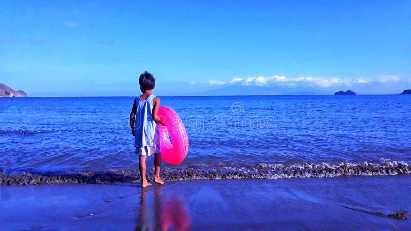 Мальчик пляжем стоковое фото rf