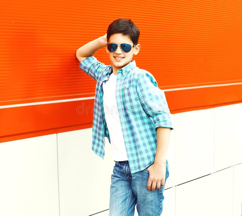 Мальчик подростка портрета усмехаясь представляет в солнечные очки стоковые изображения rf