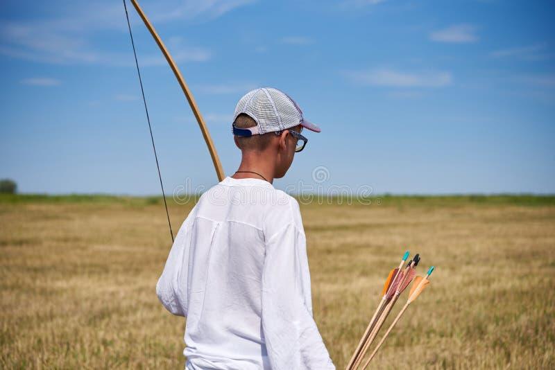Мальчик подростка смотря место для archery стоковые фото