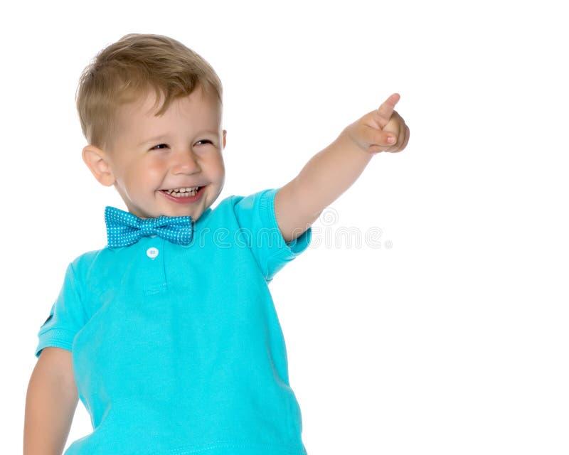 Мальчик показывает палец стоковое фото rf
