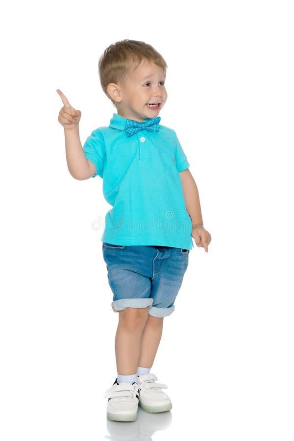 Мальчик показывает палец стоковое фото
