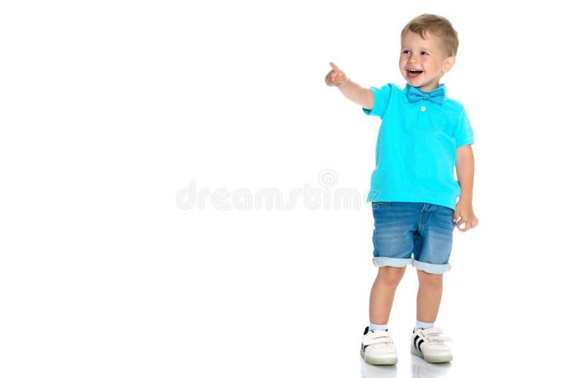Мальчик показывает палец стоковые фото