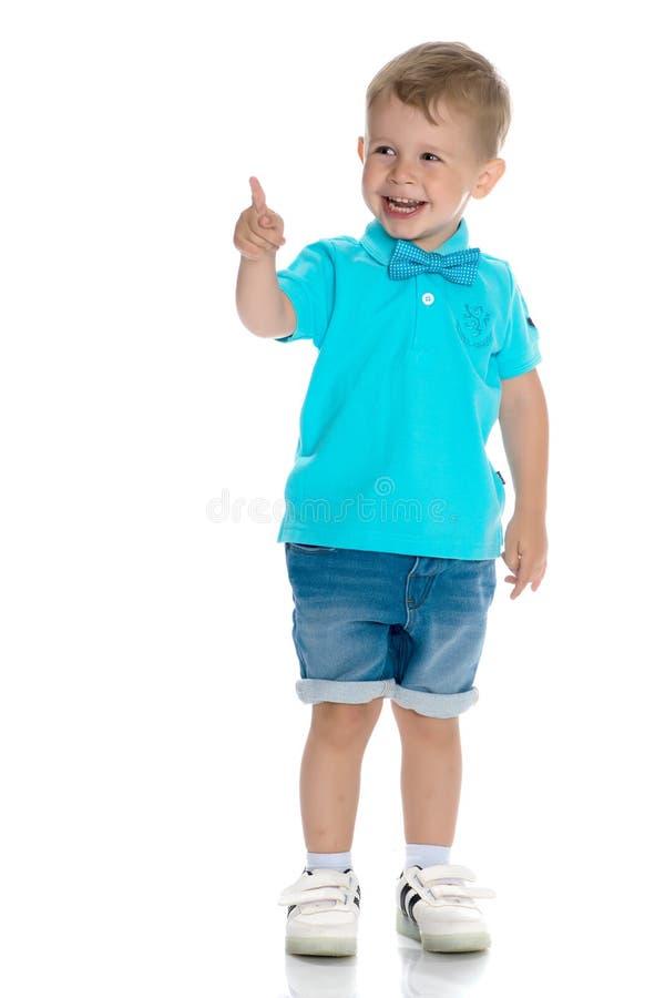 Мальчик показывает палец стоковая фотография rf