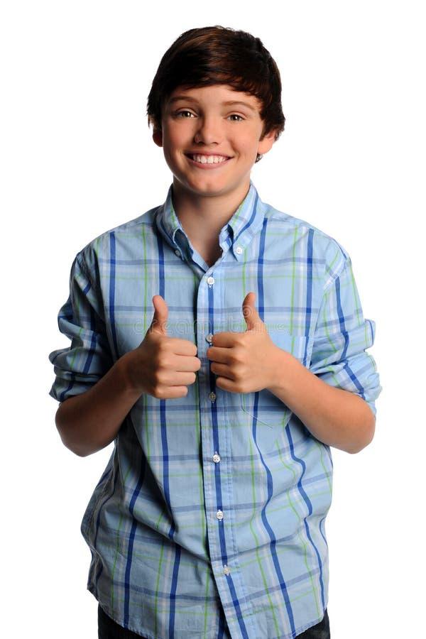 мальчик показывая большие пальцы руки поднимает детенышей стоковая фотография rf
