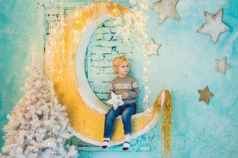 Мальчик получая готово на праздник Новый Год рождества счастливое веселое стоковое изображение rf