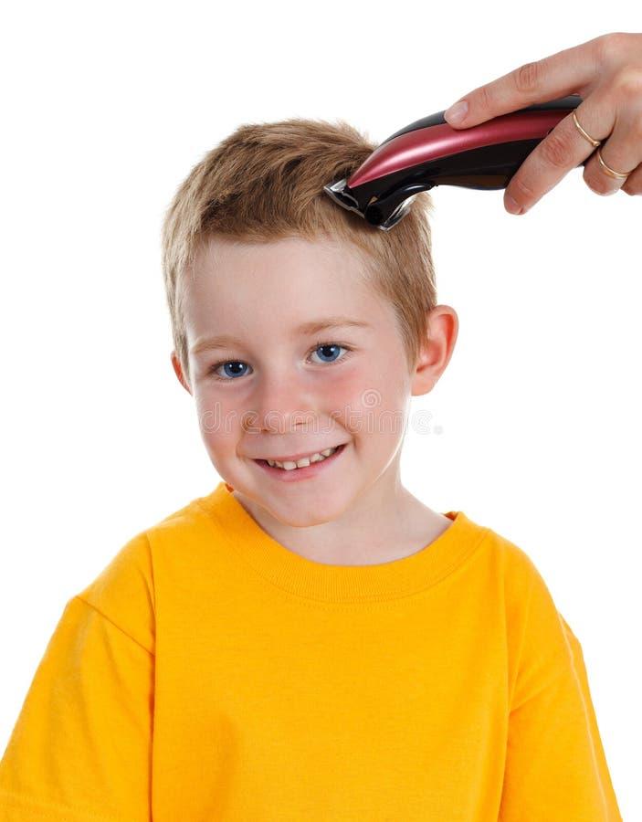 мальчик получая усмехаться стрижки стоковые фотографии rf