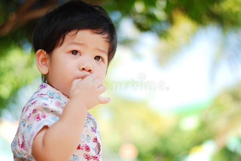 Мальчик портрета крупного плана милый азиатский На открытом воздухе в изображении с космосом экземпляра стоковые изображения