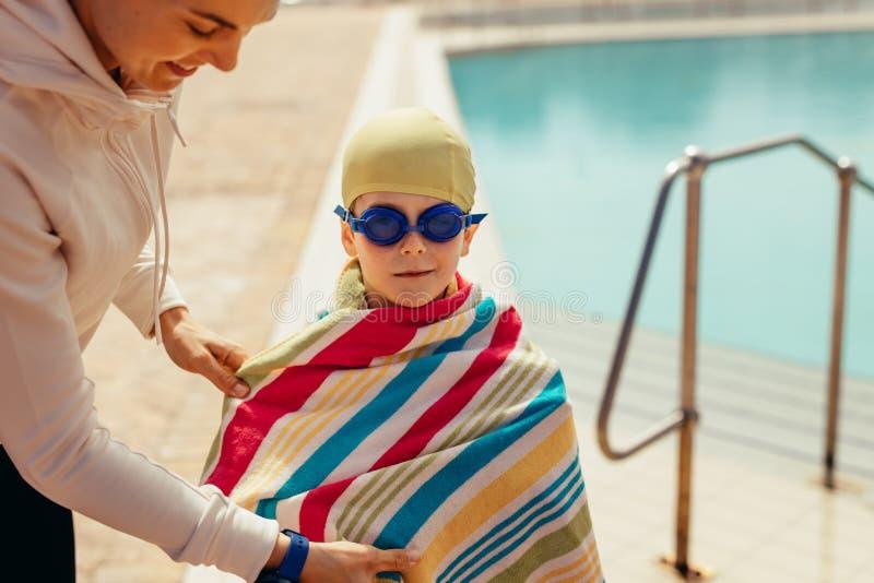 Мальчик после плавать уроки стоковые фотографии rf