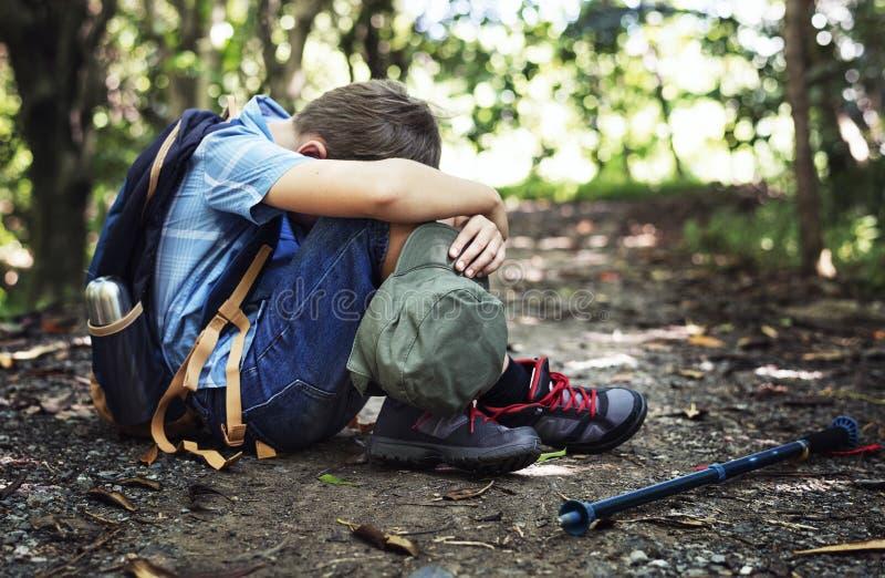 Мальчик потерянный и унылый в лесе стоковая фотография rf