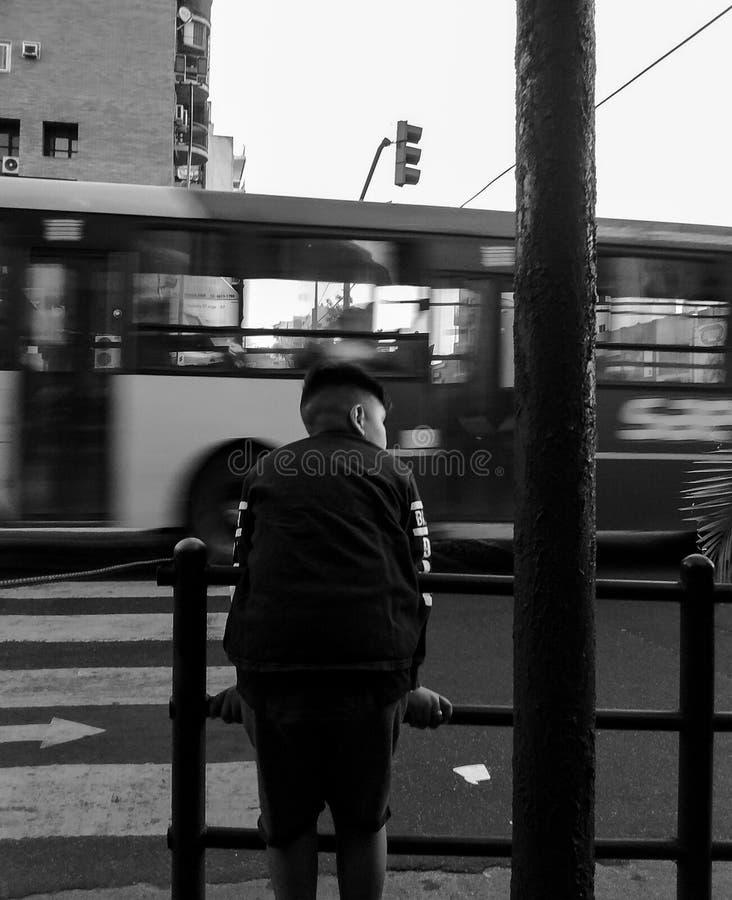 Мальчик предусматривая двигая город 1 стоковая фотография