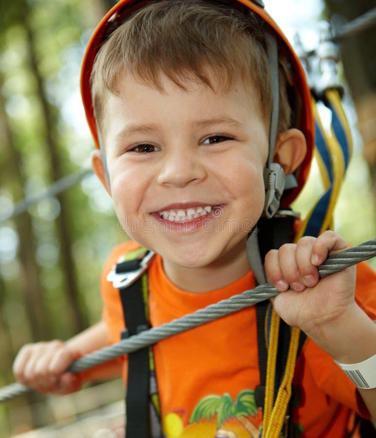 мальчик приключения меньший усмехаться парка стоковая фотография