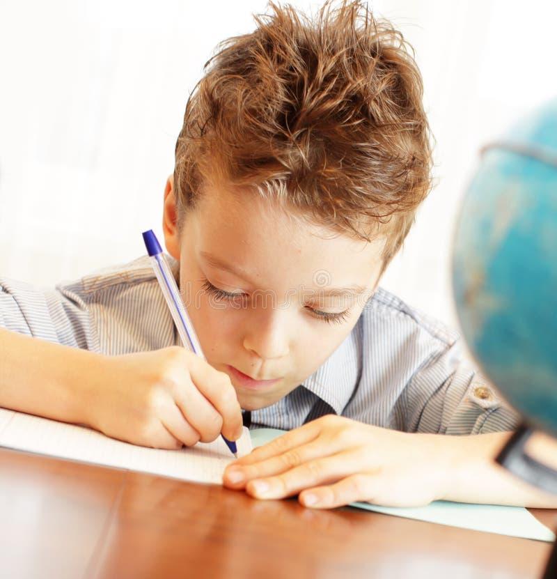 мальчик расквартировывает уроки стоковое фото rf