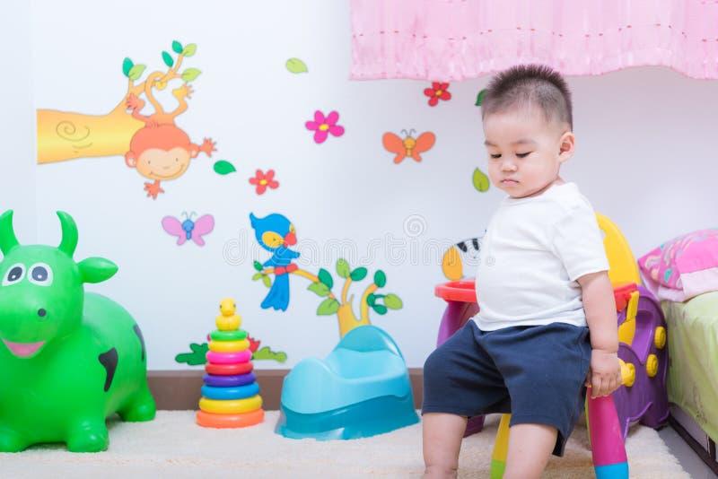 Мальчик ребенка азиатского портрета милый и там игрушки дальше задние стоковые фотографии rf