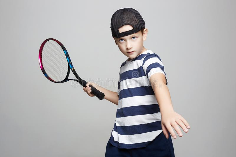 Мальчик ребенка играя теннис Дети спорта стоковые фото