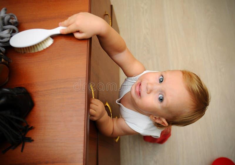 Мальчик рискуя аварию с падая мебелью стоковое фото rf