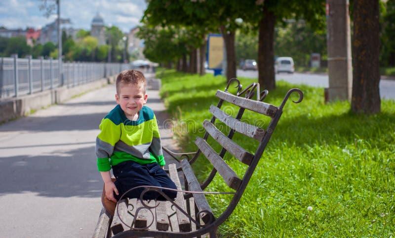 Мальчик сидя на стенде стоковые изображения