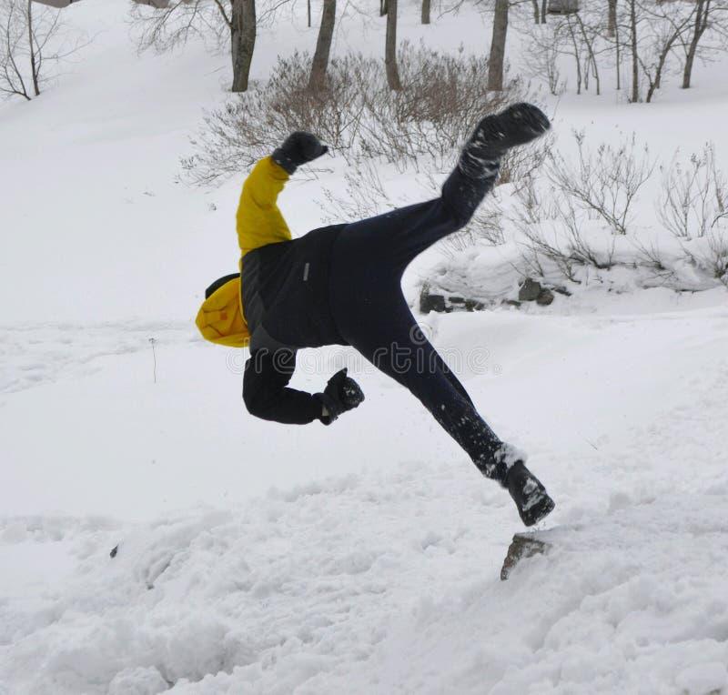 Мальчик скачет в сугроб стоковая фотография rf
